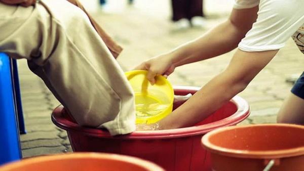 ล้างเท้าขอขมาพ่อแม่